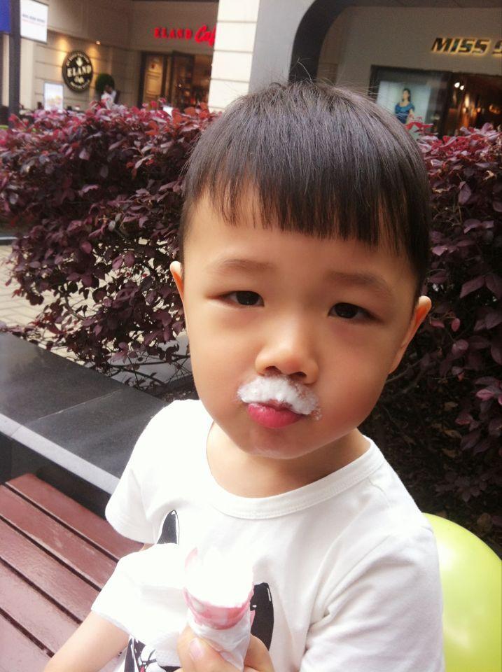 宝宝都爱的冰淇淋,儿童节商场也有很多活动,有送贴纸,送气球的,
