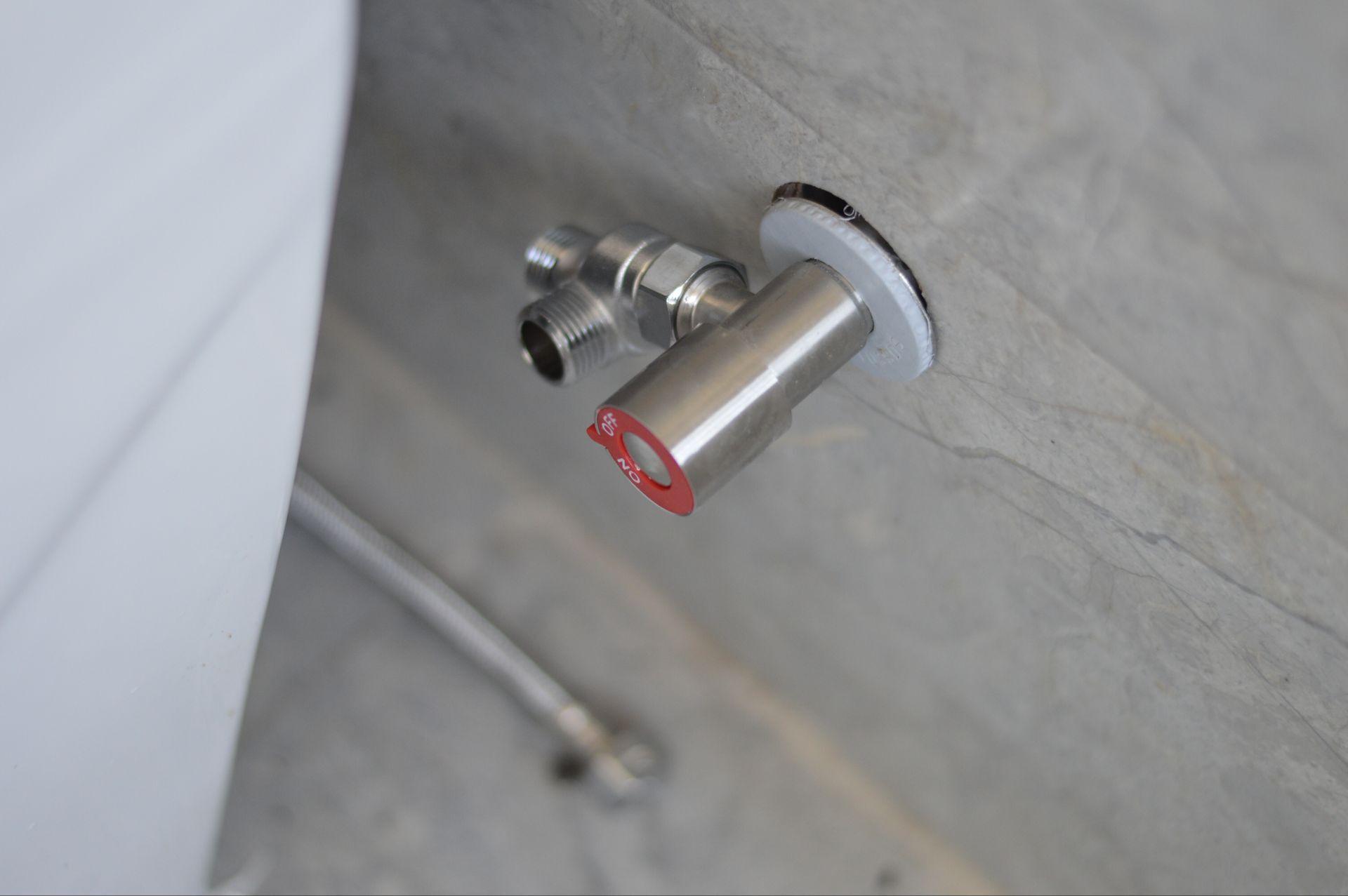 然后将马桶进水管与三通阀一端连接,并拧紧螺母.